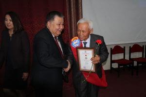 Вручены памятные медали  КГМА  и Ахунбаевские стипендии
